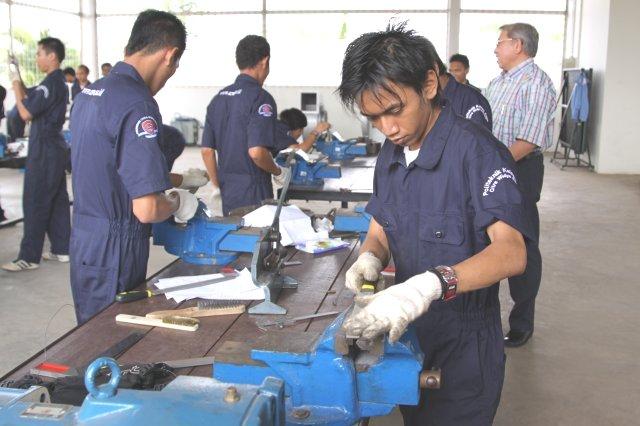 Foro CWE 1: Mahasiswa Politeknik Kelapa Sawit CWE sedang sibuk praktik di workshop milik CWE.