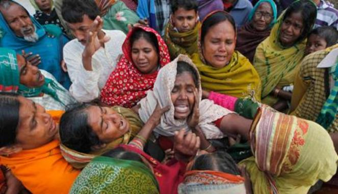Keluarga korban histeris karena tidak menerima kematian keluarga akibat Miras di Mumbai, India