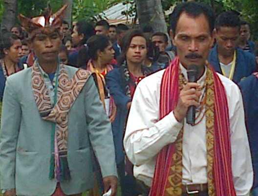 Liurai Dominikus Kloit Tei Seran sedang memberi penjelaskan tentang Kerajaan Wesei-Wehali, kepada mahasiswa Undana, beberapa waktu lalu.