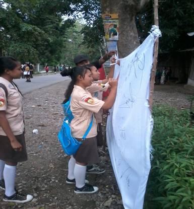 Siswi SMA TTU tandatangani kain putih, sebagai tanda peduli terhadap lingkungan di TTU