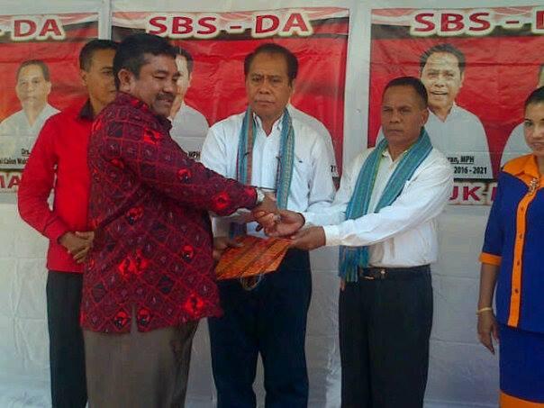 Sekretaris DPD PDI Perjuangan, Nelson Matara ketika menyerahkan SK Dukungan PDI Perjuangan Kepada Paket SBS-DA.