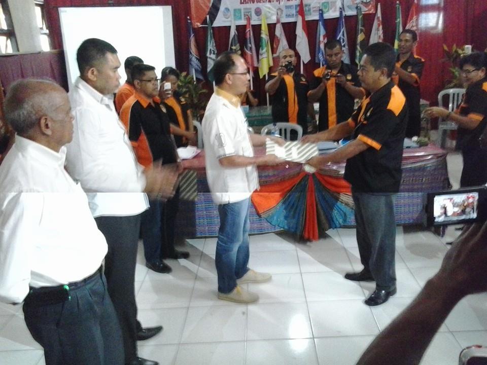 Ketua DPC Hanura Belu, Anton Sally menyerahkan dokumen pendaftaran kepada Ketua KPU Belu, A. Marthin Bara Lay.