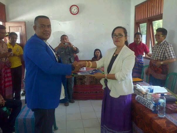 Ketua DPD PAN, Anggelino menyerahkan berkas pendaftaran paket TULUS kepada Ketua KPU Provinsi NTT, selaku pelaksana Pemilukada Malaka.