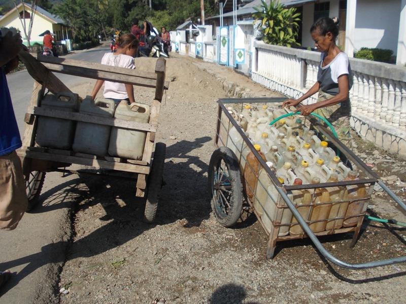 Warga Desa Halimuti terpaksa mengambil air sejauh tiga kilo meter menggunakan gerobak