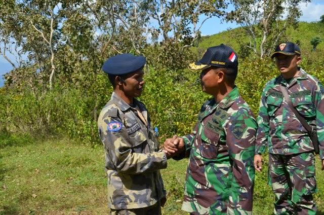 Tampak Pasukan Pengaman Perbatasan RI-RDTL bertemu Saat  di Perbatasan Kedua Negara