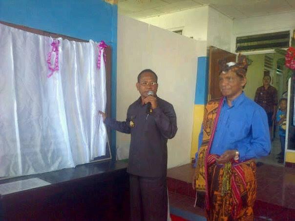 Penjabat Bupati Malaka, Donatus Bere, saat membuka selubung papan nama Kopdit Pintu Air, sebagai tanda peresmian kopdit tersebut.