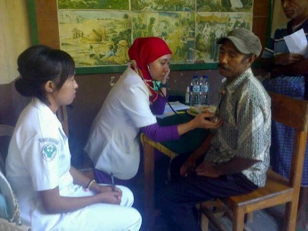 Tampak dokter dan petugas medis memeriksa warga Alas dalam pengobatan gratis, Senin tadi.