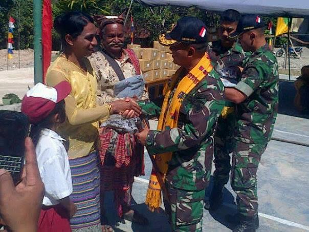 Dansatgas Pamtas RI-RDTL serahkan bingkisan untuk warga Desa Alas.