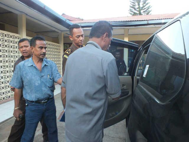 Penyidik Kejari Soe menahan salah tersangka dugaan korupsi dan Pilkada TTS.