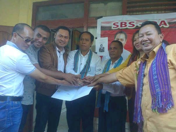 Ketua DPD Hanura NTT, Jimmy Sianto bersama jajaran menyerahkan SK dukungan untuk pasangan SBS-DA.