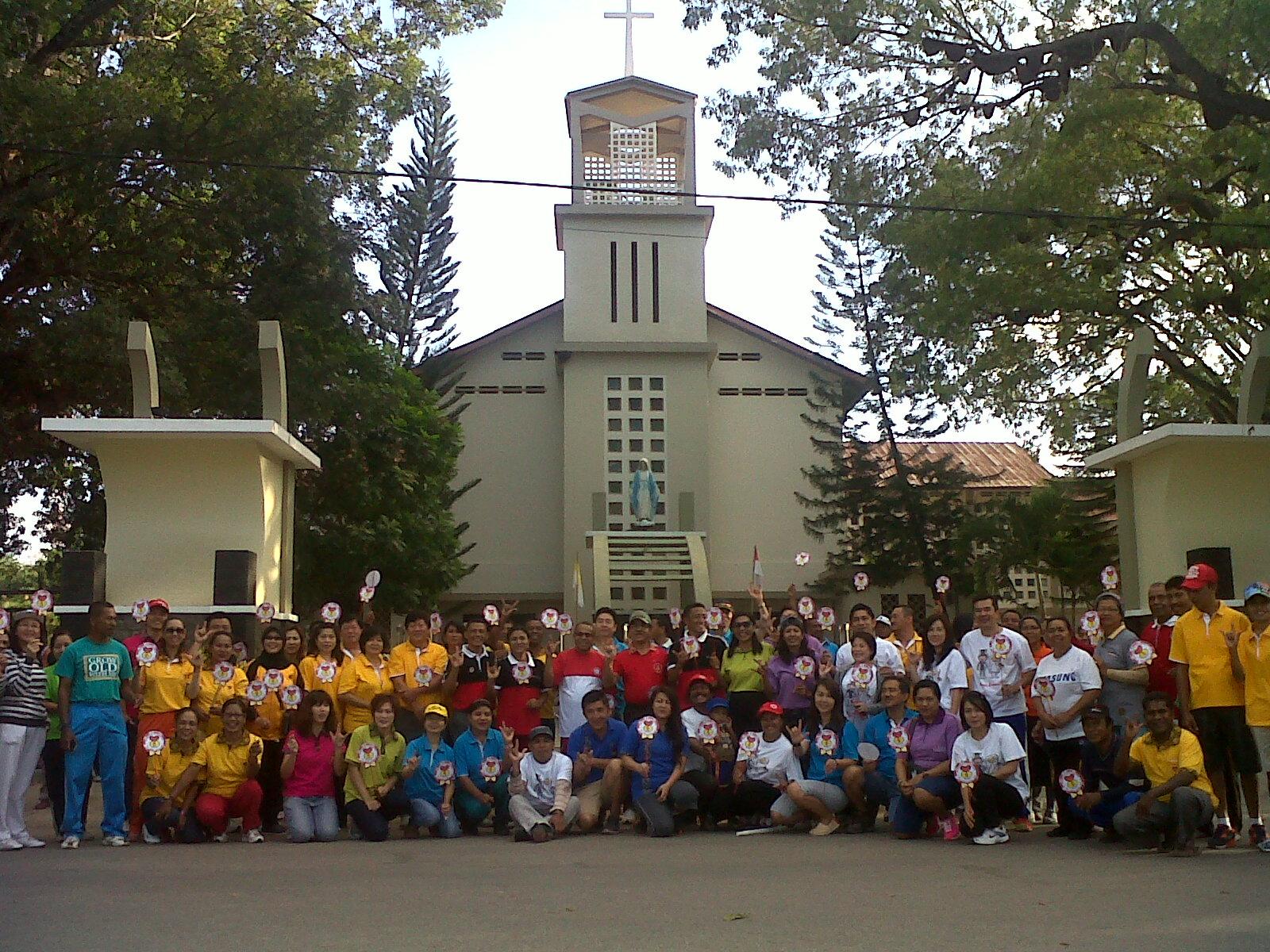 Peserta jalan sehat ME, pose di depan Katedral maria Imaculata Atambua