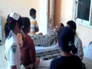 Tampak warga Laenmanen sedang ditangani tim medis di RSUD Mgr. Gabriel Manek, SVD.