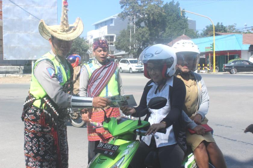 Satlantas Polres Belu bagikan pamflet kepada pengendara sepeda motor.