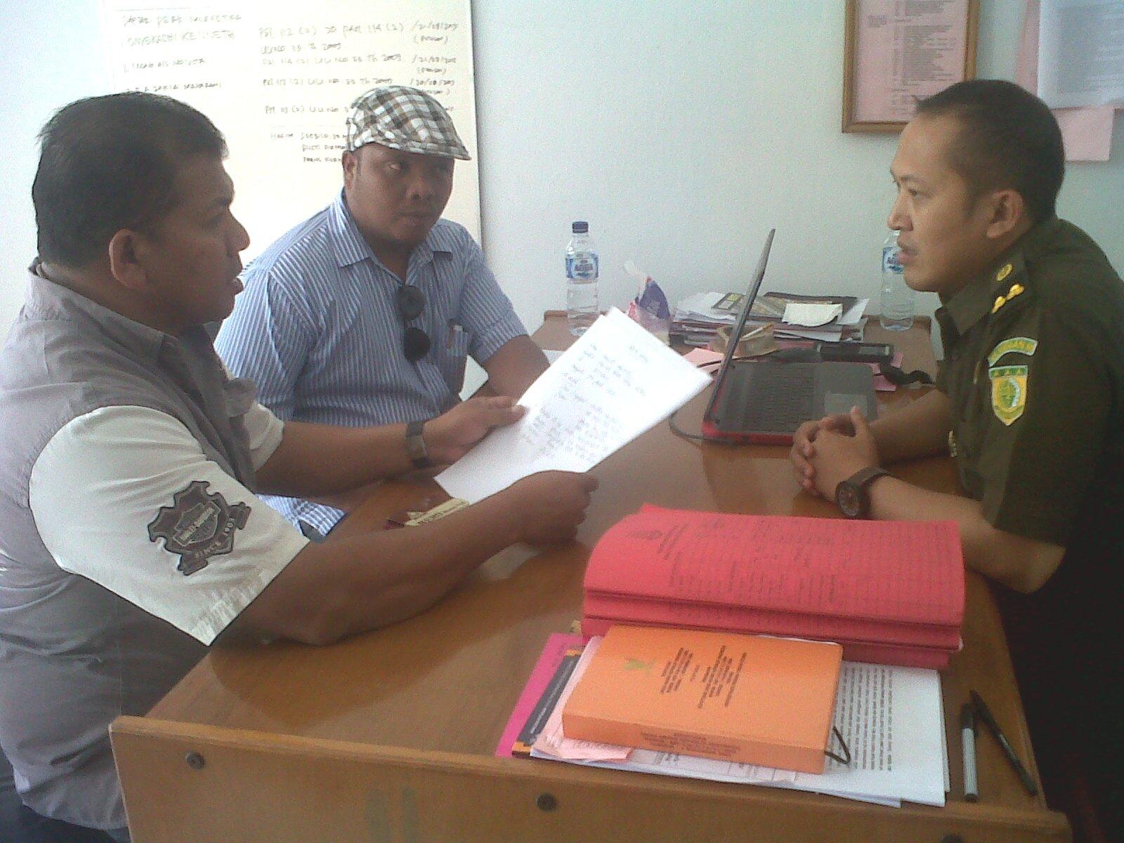 Tampak Tim Venna, Ramos Taek Berek didampingi pengacara melaporkan dugaan penggunaan keuangan daerah, oleh Kepala BPP Belu, untuk memenangkan paket Fansmu NKRI.