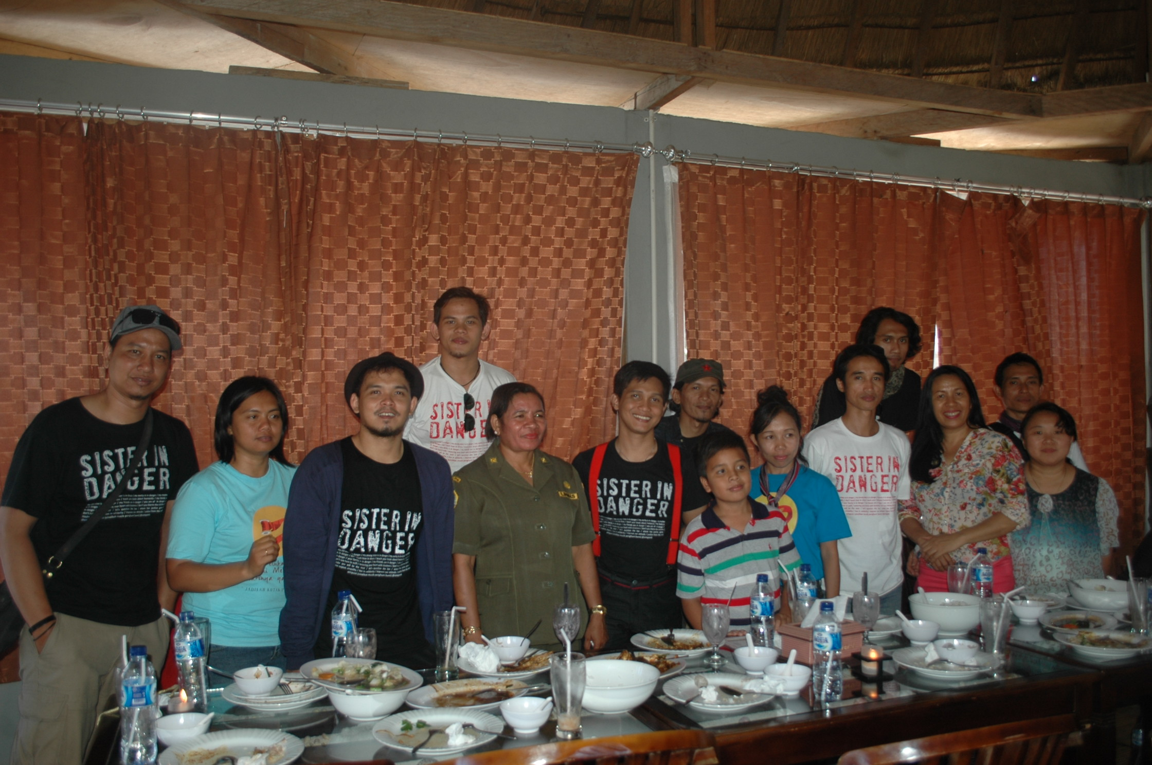 Personil Simponi Band pose bersama pegiat LSM Perempuan.