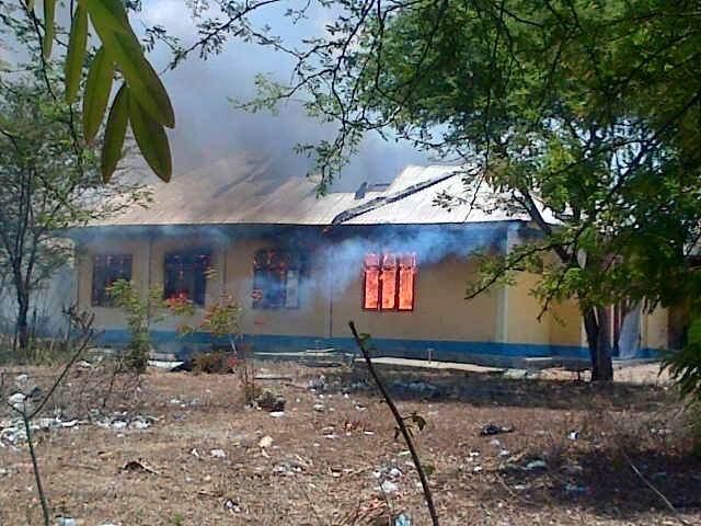 Inilah Kantor KPU TTU yang sedang dilalap api, Minggu siang.