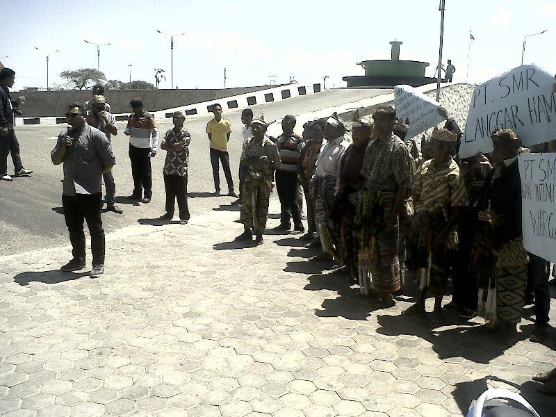 Rohaniwan dan masyarakat Desa Supul demo di DPRD TTS