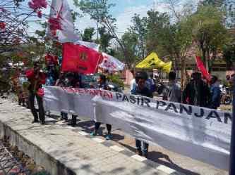Warga Pasir Panjang demo tolak pembangunan jogging track di Pantai Pasir Panjang.