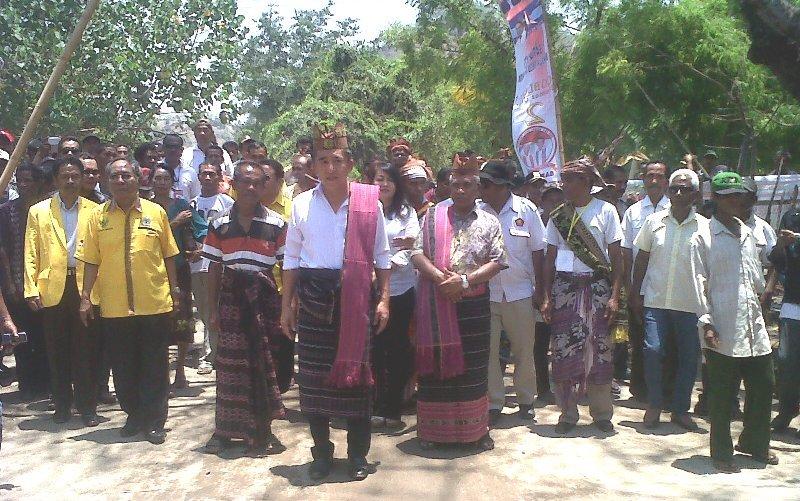 Tim kampanye bersama Paket SAHABAT ketika diterima warga di Sukaerlaran.