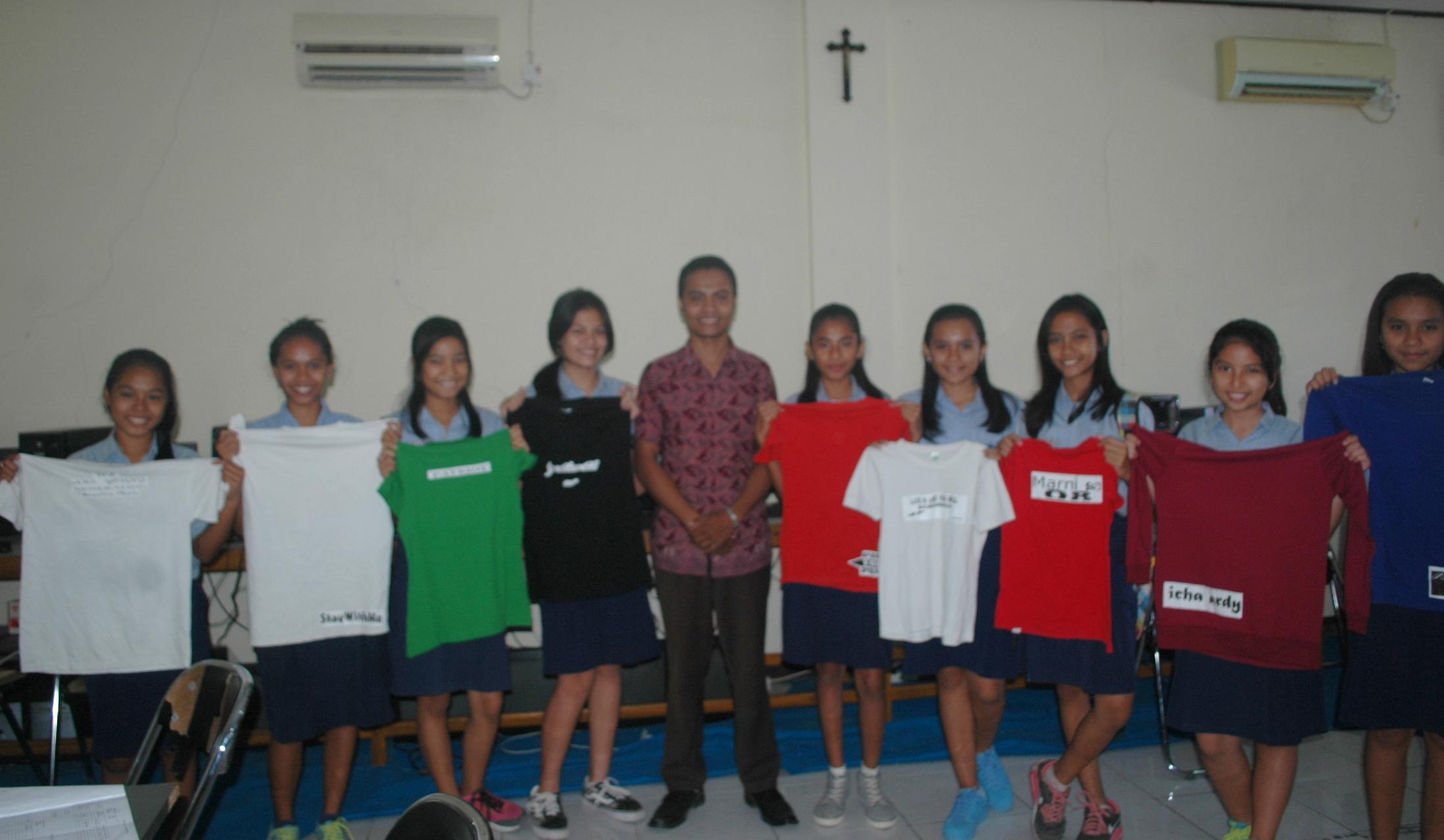 Siswa-Siswi SMPK Giovanni Kupang memamerkan hasil sablon kausnya.