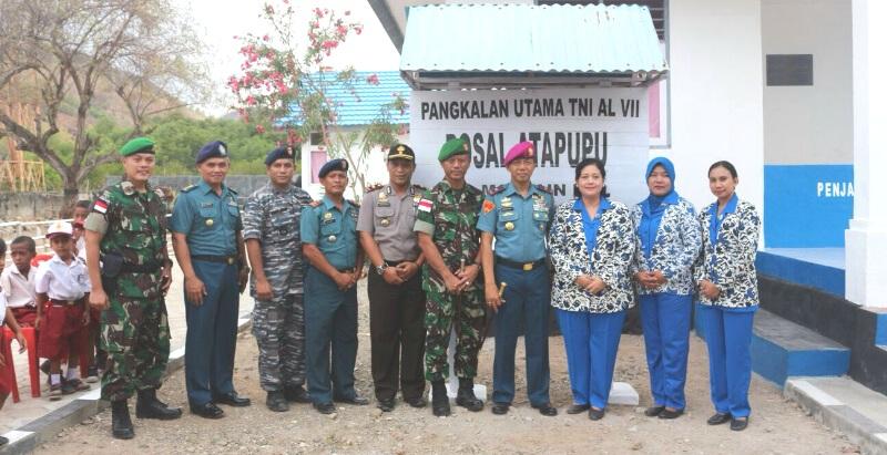 Danlantamal VII Kupang, bersama jajarannya pose bersama di Pos Angkatan Laut, Atapupu.
