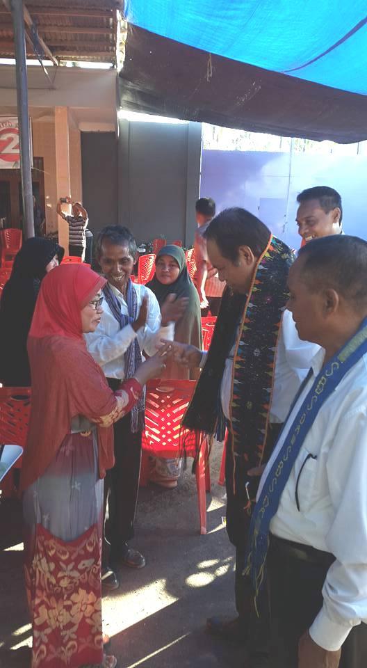 Salah satu warga Betun terlihat memberikan salam dua jari kepada Cabup Malaka, SBS, Minggu sore tadi.