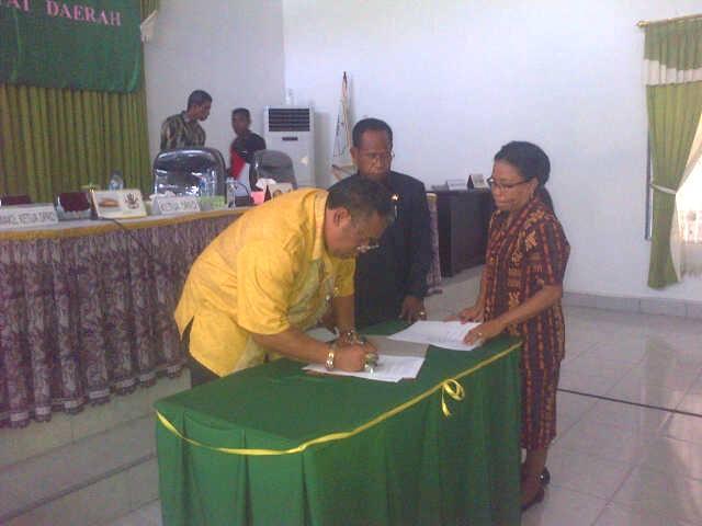 Ketua DPRD Malaka terlihat sedang menandatangani kesepakatan dengan Pemkab Malaka.