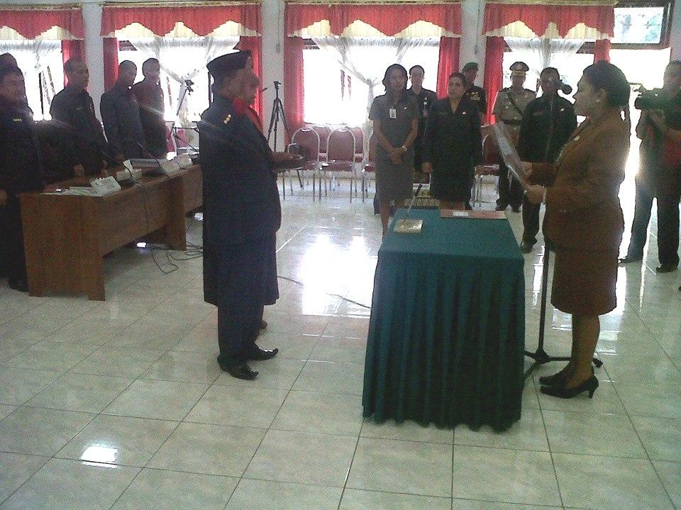 Tampak Ketua DPRD Belu, Januaria Ewalde Berek, melantik Eduard Mauboy sebagai anggota DPRD Belu, Senin pagi tadi.