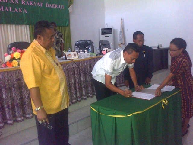 Wakil Ketua DPRD Malaka, Devi H. Ndolu menandatangani dokumen APBD Perubahan 2015.