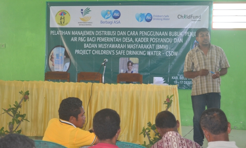 Tampak tim Childfun sedang mensosialisasikan penggunaan zat penjernih air.