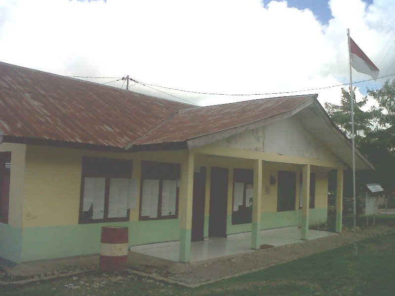 Inilah kantor Lurah Manuaman yang masih tertutup walau sudah pukul 08:00 Wita. Diabadikan, Kamis (17/12) kemarin.
