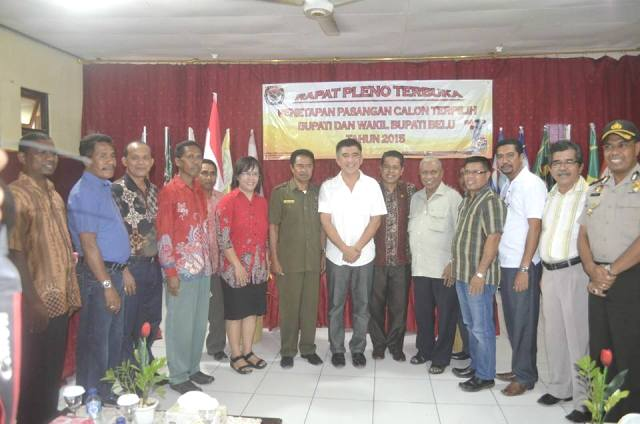 Tampak Bupati/Wabup Belu terpilih pose bersama KPU dan politisi pendukung paket Sahabat.