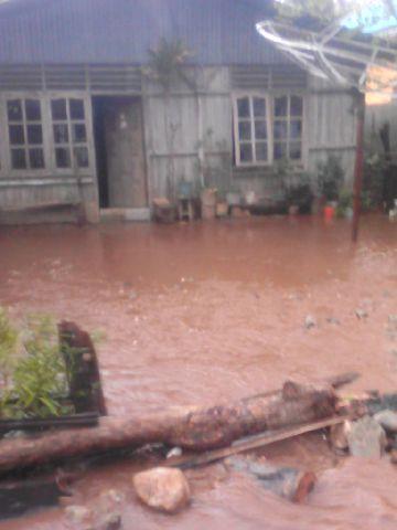 Salah satu rumah warga Silawan, Belu, NTT terandam air hujan.