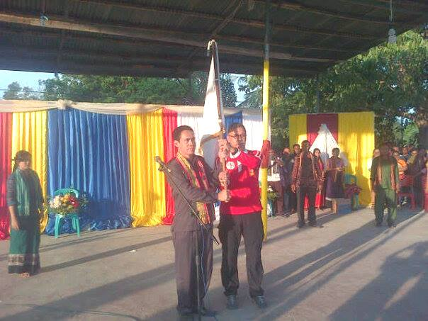 Asisten II Sekda Malaka, menerima Bendera HKSN, Senin pagi tadi.