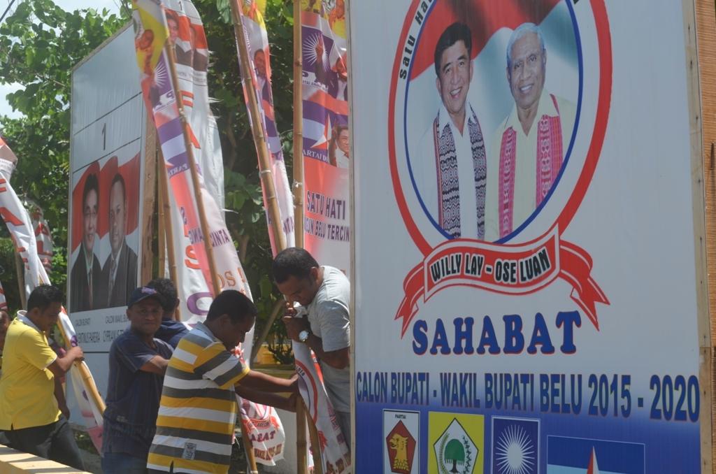 Tim KPU Belu menurunkan alat peraga kampanye tiga pasangan Calon Bupati/Wabup Belu, Minggu siang tadi.