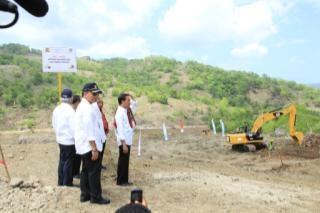 Presiden Jokowi memantau lokasi pembangunan Bendungan Rotiklot.