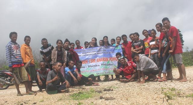 Pengurus dan anggota FOSMAB bersama masyarakat pose bersama sebelum melakukan penanaman 1.500 anak di Gua Kelelawar, Desa Tohe Leten.