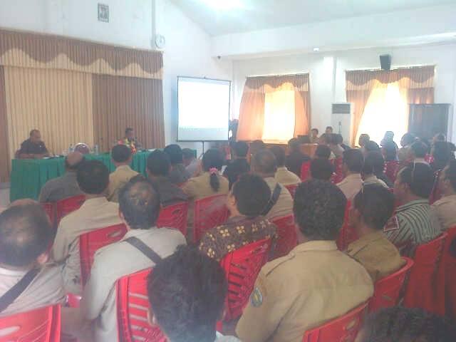 Tampak Penjabat Bupati Malaka, Donatus Bere sedang memimpin rapat dengan seluruh SKPD, Camat dan Kepala Desa di Malaka.