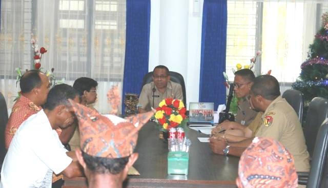 Pj. Bupati Belu saat menerima masyarakat Desa Asumanu, terkait pembangunan SMP Duamanu.