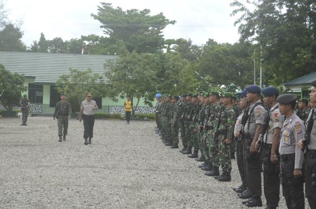 Kapolres Belu ketika memeriksa pasukan jelang kunjungan Presiden Jokowi ke Dili, Timor Leste.