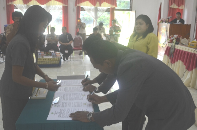 Tampak dua Wakil Ketua DPRD Belu sedang menandatangani berita acara, Selasa (26/1) pagi tadi.