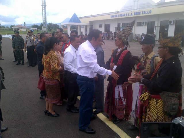 Bupati Malaka, Stefanus Bria Seran sedang menyalami tokoh adat Malaka di Bandara AA. Bere Tallo, Haliwe, Atambua.