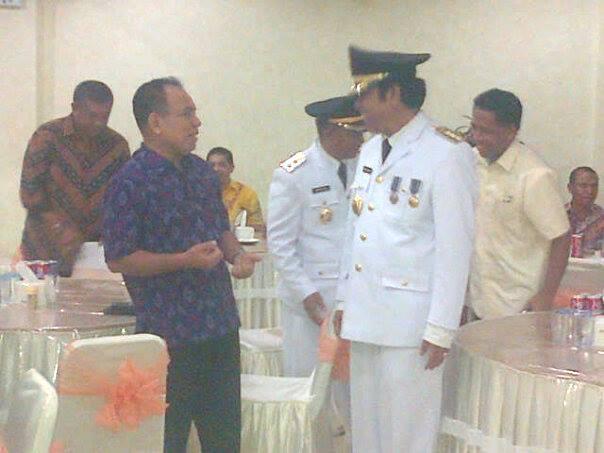Tampak Gubernur dan Bupati Malaka sedang berdiskusi.