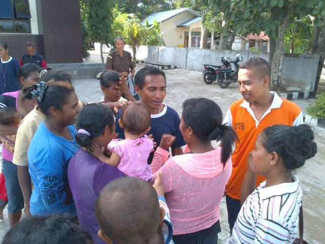 Herminus Halek (menghadap kamera) sedang bercengkerama dengan keluarganya di Kejari Atambua.
