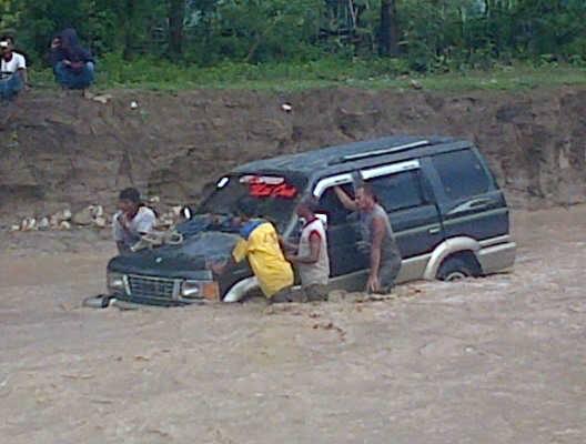 Inilah mobil panther yang terseret banjir Kali Haroe, Selasa (23/2) sore tadi.
