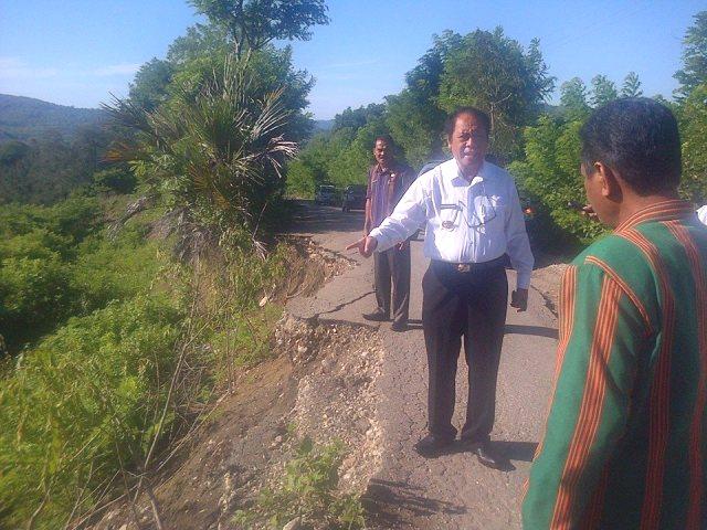 Bupati dan Wabup Malaka tengah memantau longsor di Felumasin yang bisa membahayakan pengguna jalan.