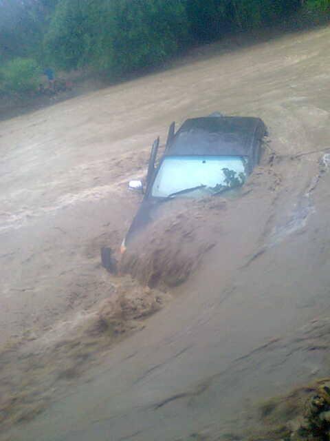 Inilah Mobil Dinas Kabag Umum Malaka, Ferdinandus Un yang terseret banjir di Welaus, Malaka, NTT/ Foto Mikael Suri Leki