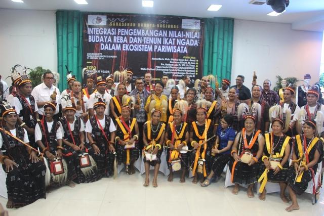Foto bersama keluarga Ngada Jakarta dengan balutan kain tenun Ngada.