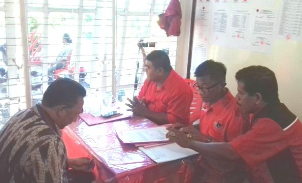 Tim Desk Pilwalkot Kota Kupang, PDI Perjuangan, sedang memeriksa berkas pendaftaran Wali Kota Kupang, Jonas Salean