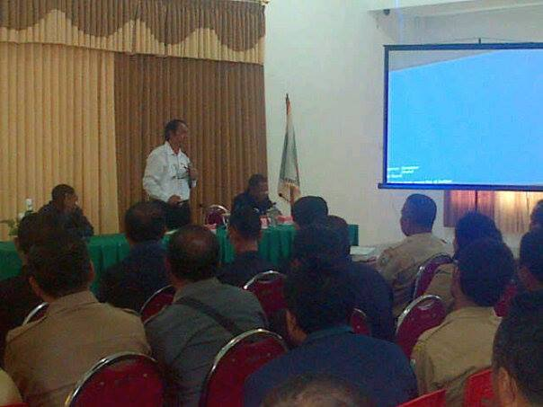 Tampak Bupati Malaka sedang memberi pengarahan dalam rapat perdana dengan pejabat eselon di Malaka.